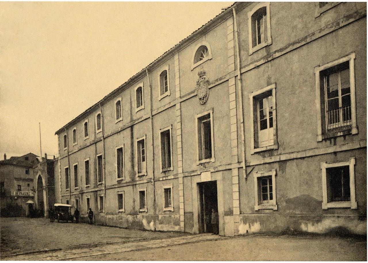 Fachada de Día Sanz, 1920. Obsérvese el arco de entrada de la puerta de carretas. 13.- ACADEMIA DE ARTILLERÍA, BIBLIOTECA. FOT. 39-16.