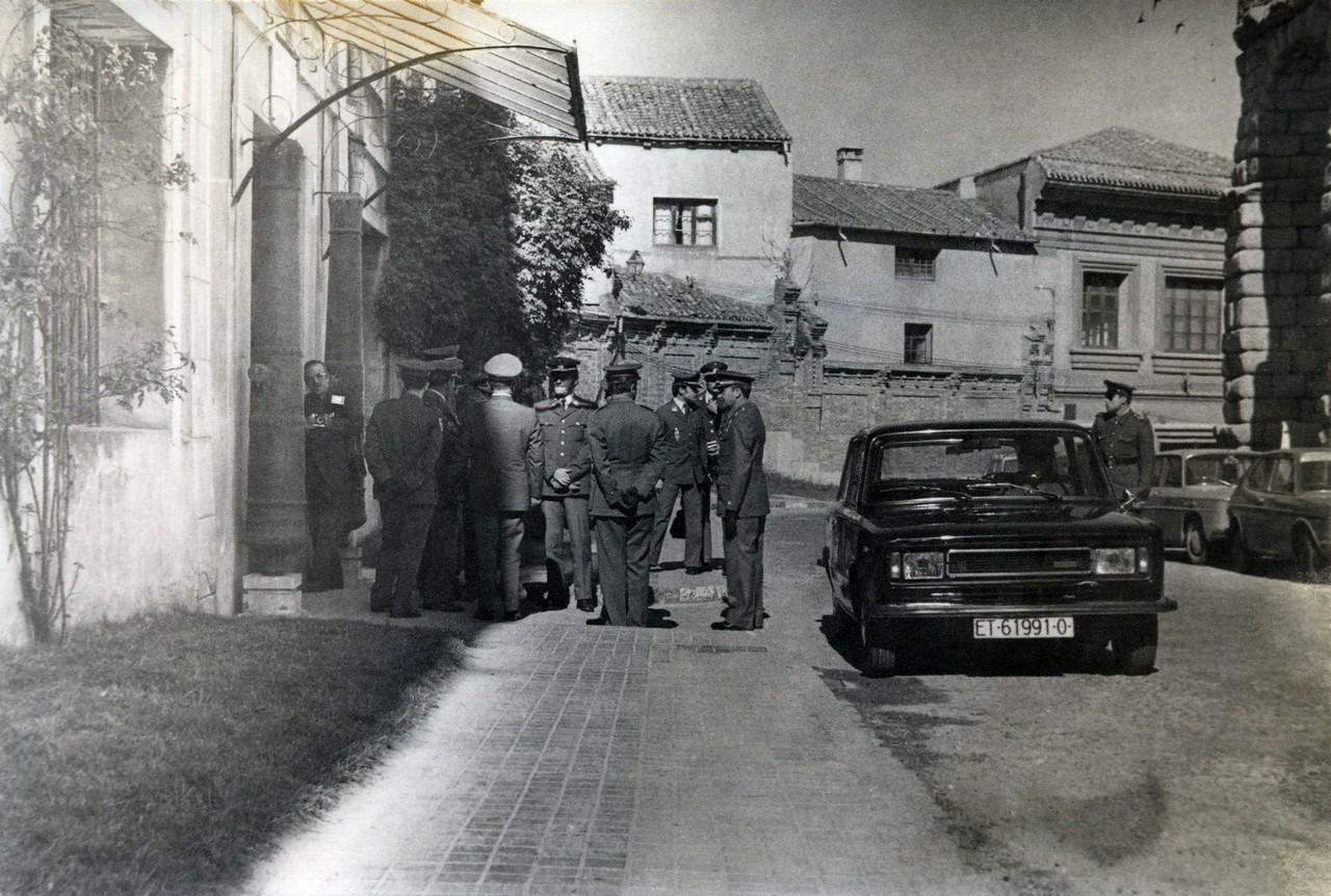 Puerta de Día Sanz, 1978. Obsérvense los dos cañones que flanquean su entrada, que estuvieron situados anteriormente en la puerta de carretas. 14.- ACADEMIA DE ARTILLERÍA, BIBLIOTECA. FOT. 4-D-5.