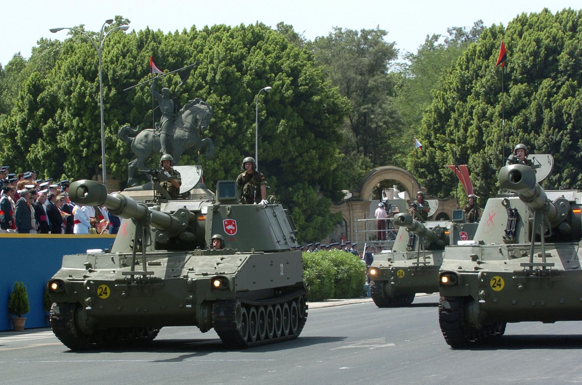 Pieza de artillería autopropulsado desfilando el Día de las Fuerzas Armadas en Sevilla 'mde.es'