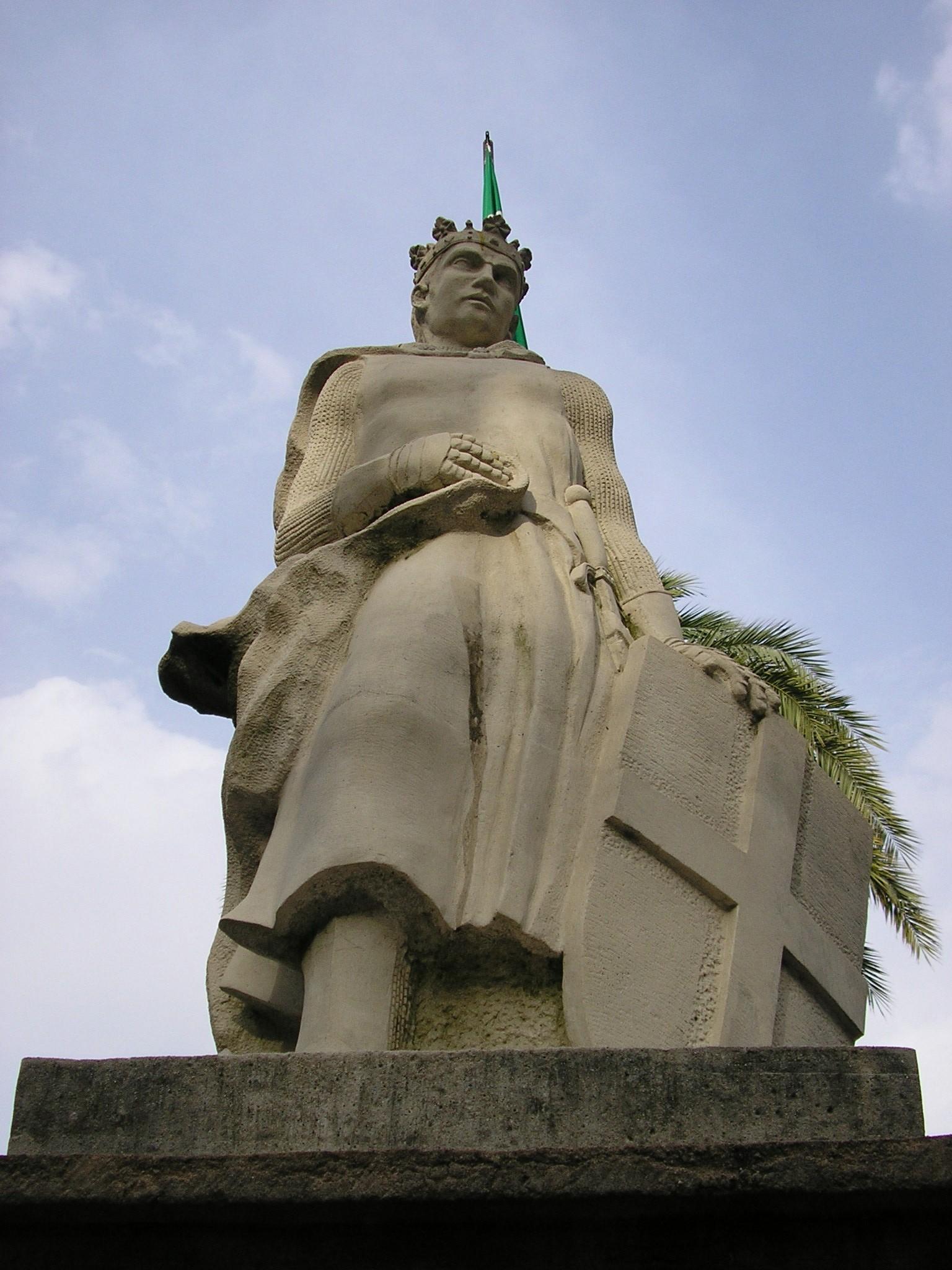 Estatua de Alfonso XI de Castilla situada en la Avenida Blas Infante de Algeciras, España
