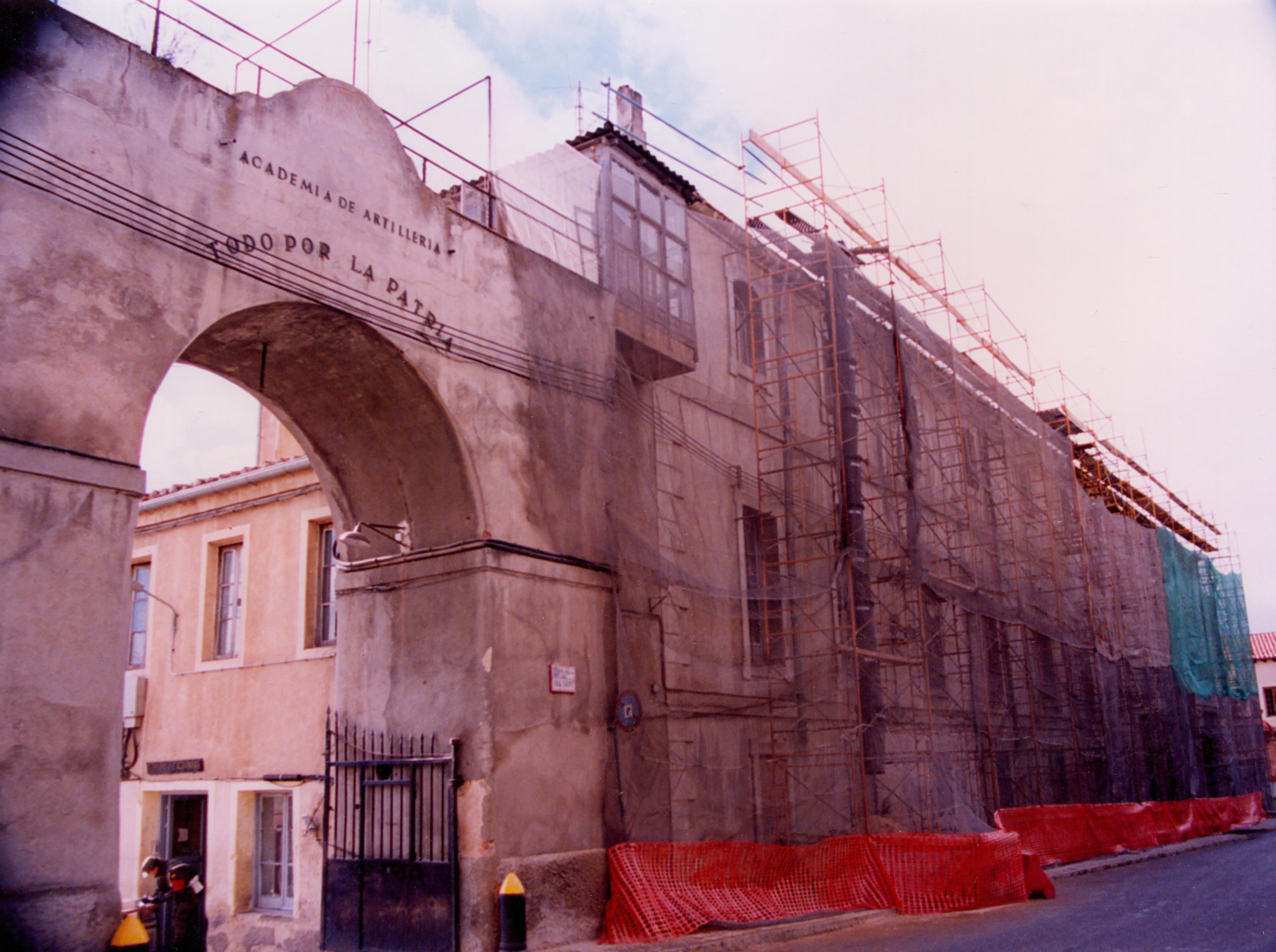 Fachada de Día Sanz, 1996. Obra de reparación.