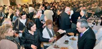 El comedor de alumnos de la Academia fue el escenario elegido para la degustación de los platos ofrecidos por los restaurantes colaboradores. / Kamarero