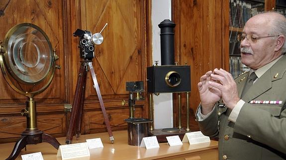 El coronel Adolfo Cristobal Díaz, comisario de la exposición. Efe